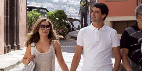 Arm, Sleeve, Human body, Shoulder, T-shirt, Sunglasses, Temple, Travel, Street fashion, Chest,