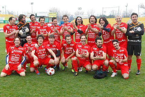Sports uniform, Football, Sports equipment, Jersey, Team sport, Sportswear, Social group, Ball, Ball game, Soccer ball,