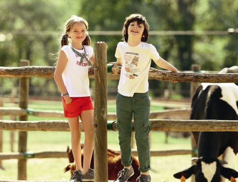 Leg, Human body, Shoe, Shirt, Happy, T-shirt, Leisure, People in nature, Summer, Shorts,