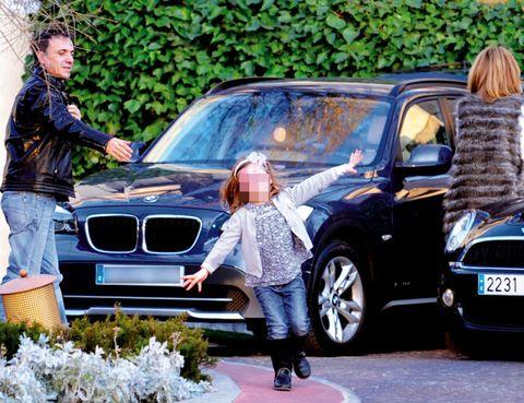 Land vehicle, Vehicle, Car, Vehicle registration plate, Automotive exterior, Grille, Hood, Street fashion, Headlamp, Denim,