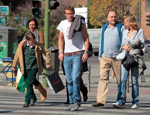 Hair, Footwear, Trousers, Denim, Shirt, Outerwear, Jeans, T-shirt, Bag, Street fashion,