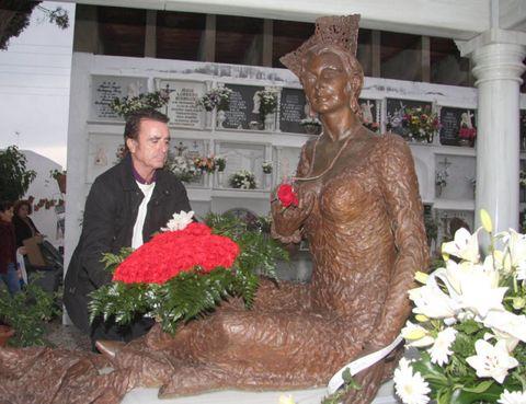 Human, Sculpture, Petal, Floristry, Flower Arranging, Temple, Cut flowers, Bouquet, Floral design, Statue,