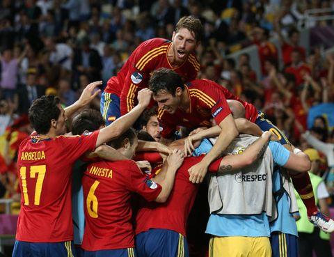 Sports uniform, Jersey, Red, Team sport, Competition event, Player, Interaction, Team, Championship, Stadium,