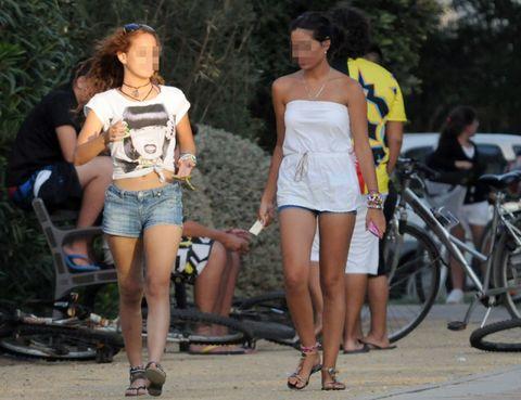 Clothing, Hair, Footwear, Leg, Human leg, Bicycle tire, Bicycle frame, Bicycle wheel, Style, T-shirt,