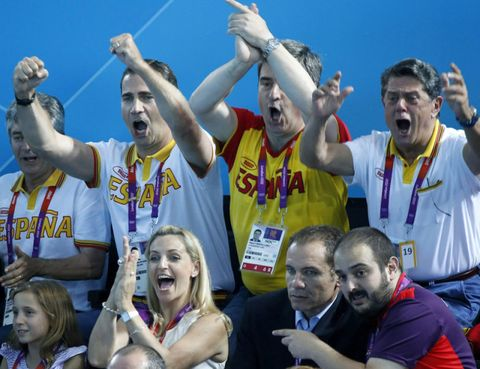 Face, Arm, Team, Celebrating, Fan, Gesture, Cheering, Jersey, Crew, Active tank,
