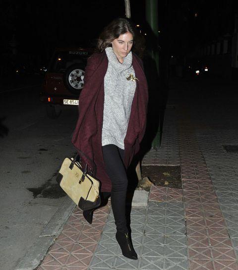 Clothing, Brown, Textile, Outerwear, Coat, Street fashion, Winter, Night, Automotive lighting, Knee,