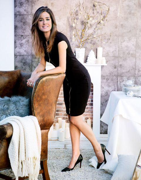 Human leg, Textile, Joint, Tablecloth, High heels, Dress, Beauty, Long hair, Knee, Thigh,