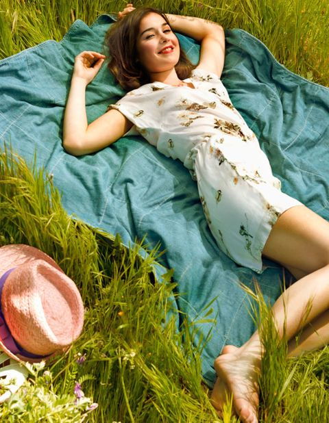 Human, Grass, Green, People in nature, Sitting, Comfort, Grass family, Ingredient, Photo shoot, Straw,