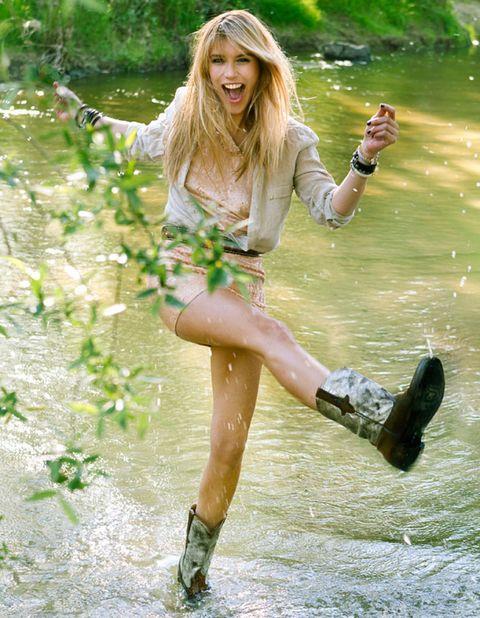 Clothing, Footwear, Nature, Leg, Shoe, Human leg, Hand, People in nature, T-shirt, Knee,