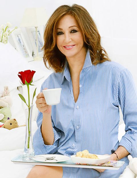 Sleeve, Dress shirt, Petal, Collar, Shirt, Cut flowers, Sitting, Bouquet, Flowering plant, Plate,