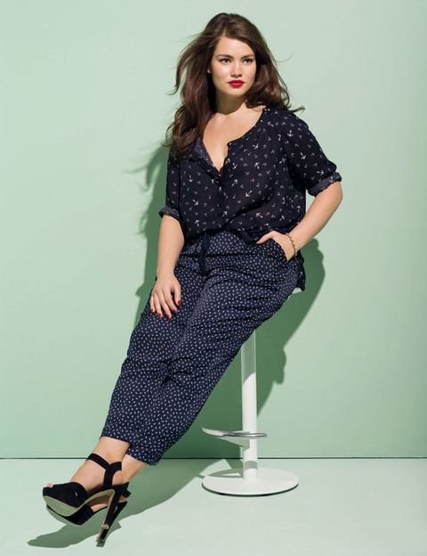 Sleeve, Shoulder, Joint, Human leg, Collar, Sitting, Style, Pattern, Knee, Fashion model,