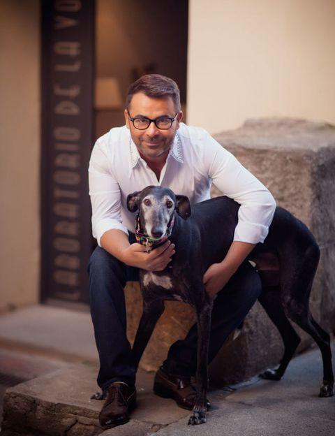 Dog breed, Human, Glasses, Dog, Vertebrate, Mammal, Carnivore, Sitting, Collar, Companion dog,