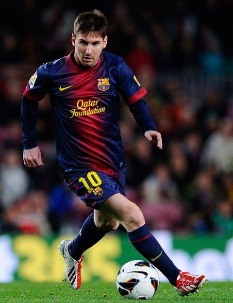 Ball, Football, Sports uniform, Soccer ball, Jersey, Shoe, Sports equipment, Soccer player, Sportswear, Human leg,