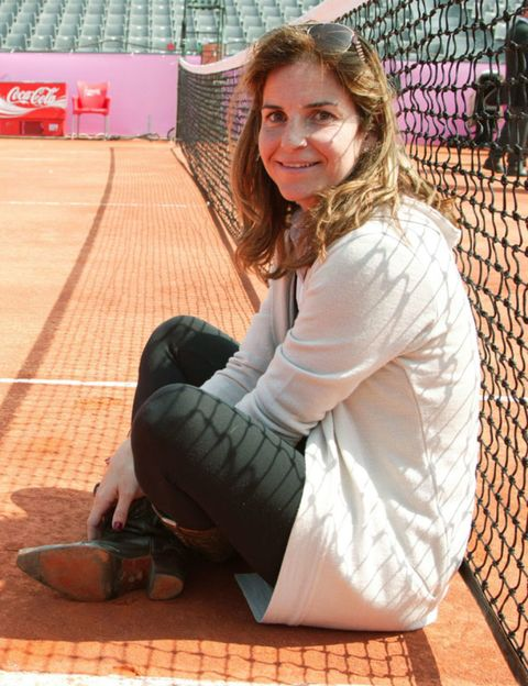 Wire fencing, Mesh, Knee, Chain-link fencing, Sitting, Slipper, Outdoor shoe, Net, Long hair, Ankle,