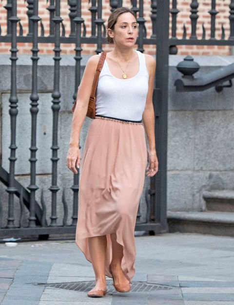 Brown, Human body, Shoulder, Joint, Waist, Jewellery, Style, Street fashion, Fashion accessory, Fashion,
