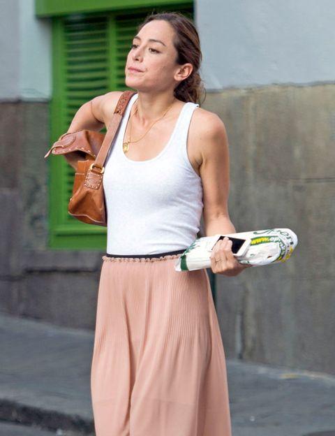 Shoulder, Elbow, Joint, Wrist, Sleeveless shirt, Waist, Chest, Street fashion, Trunk, Neck,