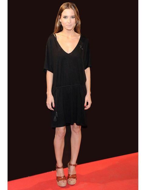 Sleeve, Shoulder, Human leg, Joint, Style, Waist, Fashion model, Dress, Knee, Fashion,