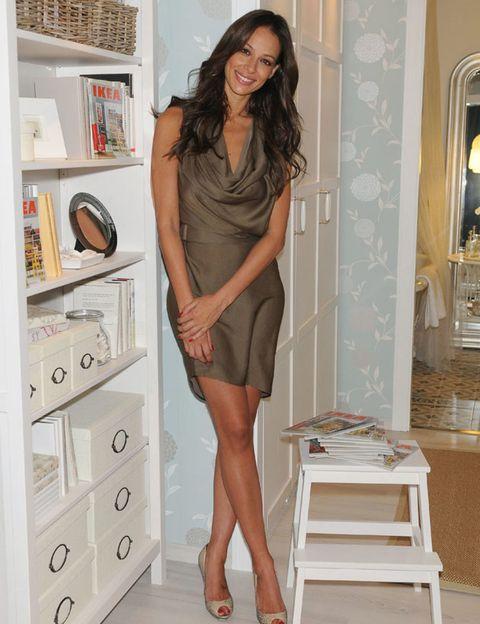 Human leg, Shoulder, Joint, Dress, Knee, Beauty, Black hair, One-piece garment, Waist, Shelf,