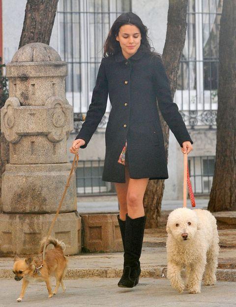 Human, Leg, Dog breed, Dog, Vertebrate, Carnivore, Coat, Outerwear, Mammal, Street fashion,