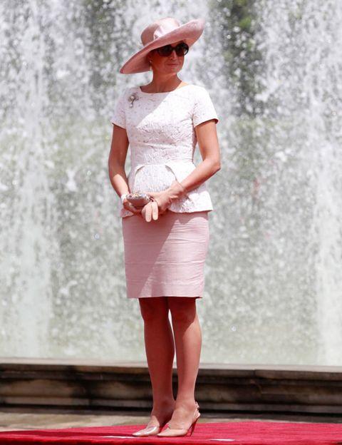 Hat, Shoulder, Human leg, Joint, White, Water feature, Waist, Beauty, Sun hat, Street fashion,