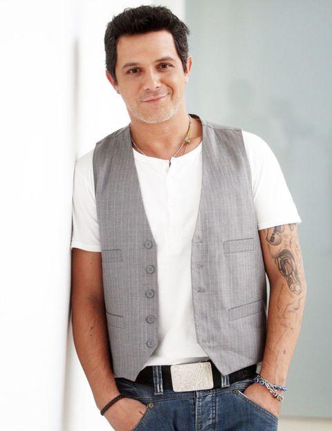 Collar, Sleeve, Shoulder, Denim, Dress shirt, Shirt, Jeans, Textile, Elbow, Chest,