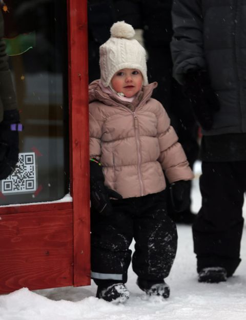 Winter, Cheek, Trousers, Freezing, Jacket, Snow, Toddler, Hood, Bonnet, Playing in the snow,