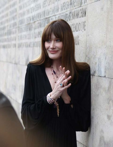 Finger, Jewellery, Bangs, Fashion accessory, Street fashion, Body jewelry, Step cutting, Necklace, Layered hair, Long hair,