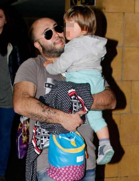 Jeans, T-shirt, Sunglasses, Interaction, Baby & toddler clothing, Beard, Bag, Luggage and bags, Love, Goggles,