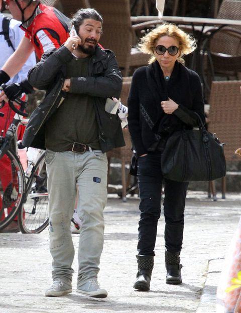 Eyewear, Trousers, Bicycle tire, Textile, Outerwear, Bag, Style, Bicycle wheel, Winter, Bicycle wheel rim,