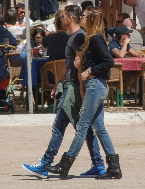 Footwear, Leg, Trousers, Denim, Jeans, Shirt, Outerwear, T-shirt, Interaction, Street fashion,