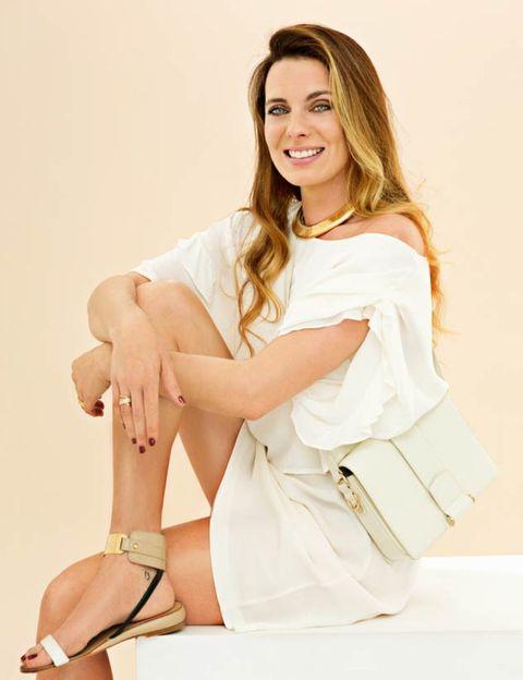 Finger, Human leg, Shoulder, Hand, Joint, Style, Sandal, Sitting, Fashion accessory, Knee,