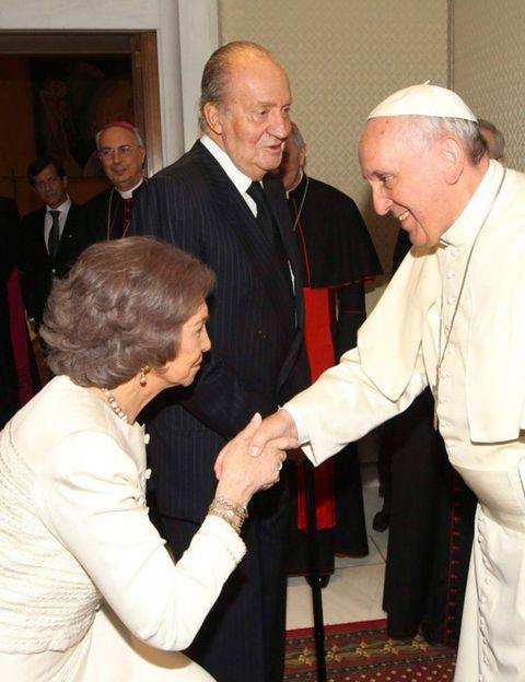 Face, Bishop, Clergy, Interaction, Suit, Greeting, Bishop, Gesture, Priesthood, Metropolitan bishop,