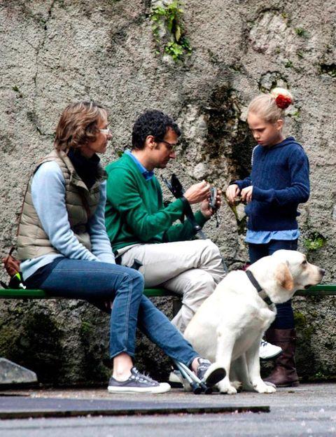 Human, Leg, Dog breed, Carnivore, Dog, Jeans, Vertebrate, Outerwear, Mammal, Jacket,