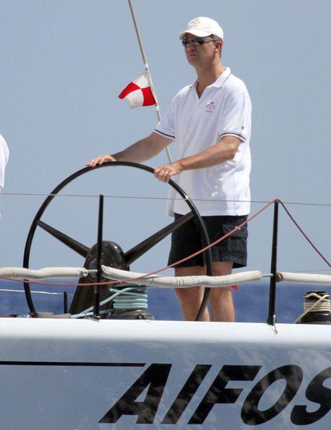 Human, Cap, Recreation, Elbow, Outdoor recreation, Boat, Watercraft, Baseball cap, Naval architecture, Ship,