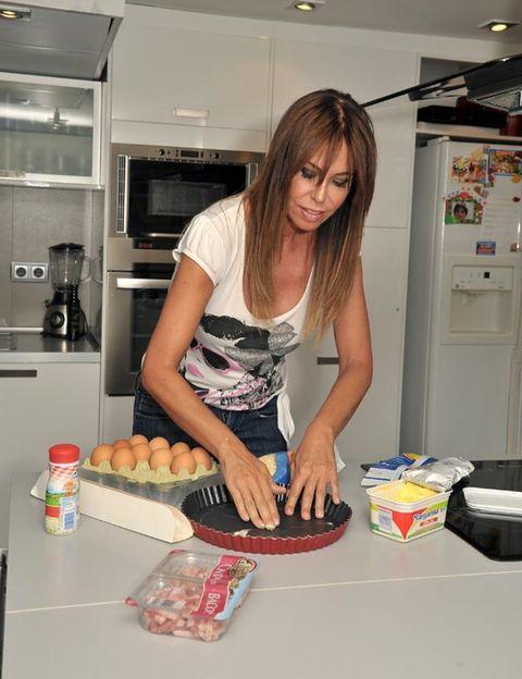 Major appliance, Home appliance, Kitchen, Kitchen appliance, Countertop, Dessert, Cooking, Plate, Baked goods, Sweetness,