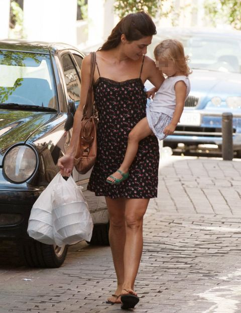 Clothing, Shoulder, Headlamp, Dress, Automotive lighting, Human leg, Bag, Style, Fashion accessory, Street fashion,