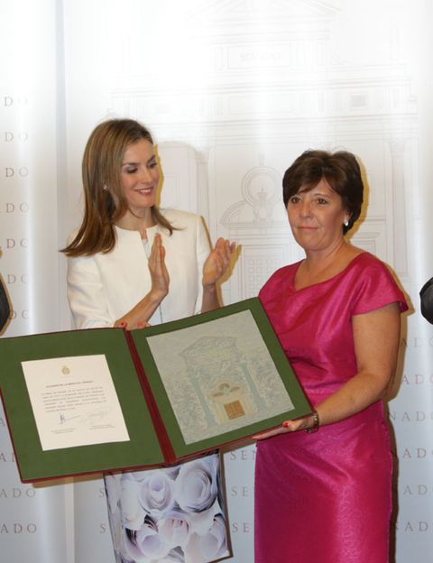 Finger, Award ceremony, One-piece garment, Teacher, Day dress, Pattern, Award, Student,