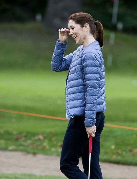 Sleeve, Shoulder, People in nature, sweatpant, Jacket, Playing sports, Waist, Active pants, Tooth, Knee,