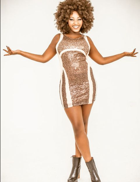 Leg, Finger, Jheri curl, Shoulder, Human leg, Dress, Joint, Standing, High heels, Waist,