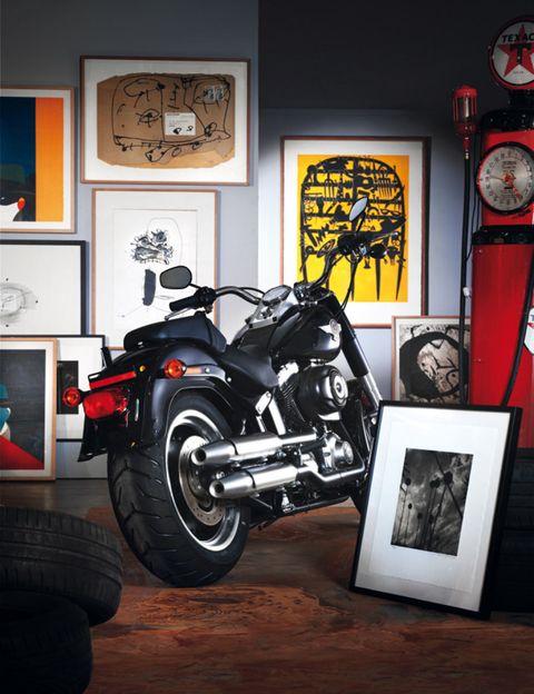Automotive tire, Motorcycle, Automotive design, Fuel tank, Rim, Fender, Automotive fuel system, Tread, Automotive wheel system, Spoke,