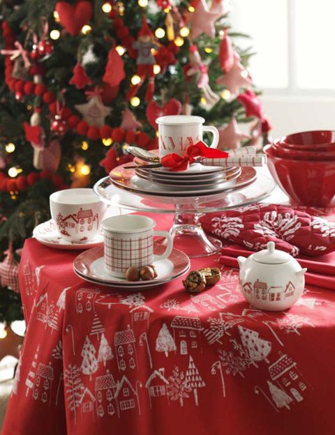 Serveware, Tablecloth, Dishware, Event, Red, Textile, Porcelain, Holiday, Ceramic, Linens,