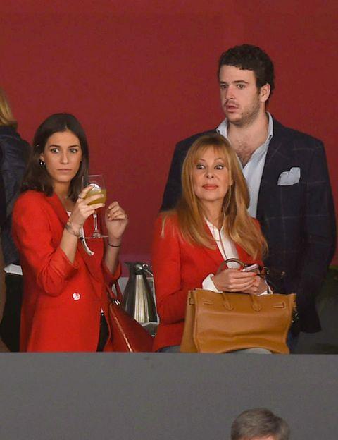 Sharing, Fashion accessory, Conversation, Bag, Shoulder bag, Layered hair, Handbag,