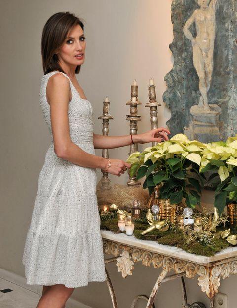 Dress, Shoulder, Bouquet, Flower, One-piece garment, Formal wear, Petal, Interior design, Flower Arranging, Floristry,
