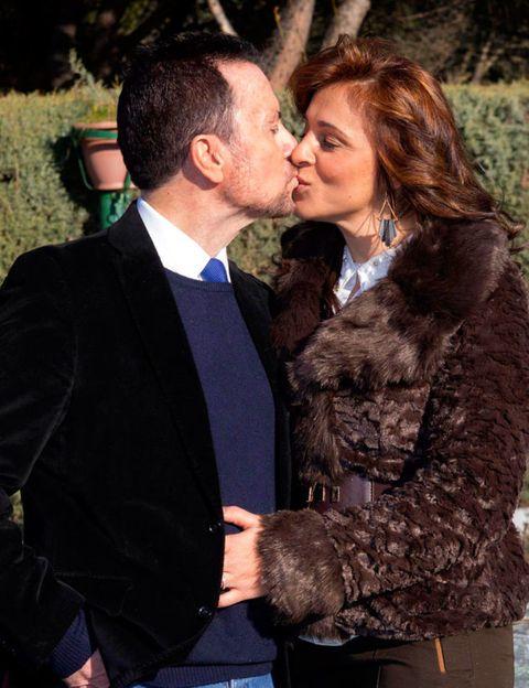 Face, Nose, Coat, Kiss, Outerwear, Mammal, Suit, Romance, Love, Interaction,