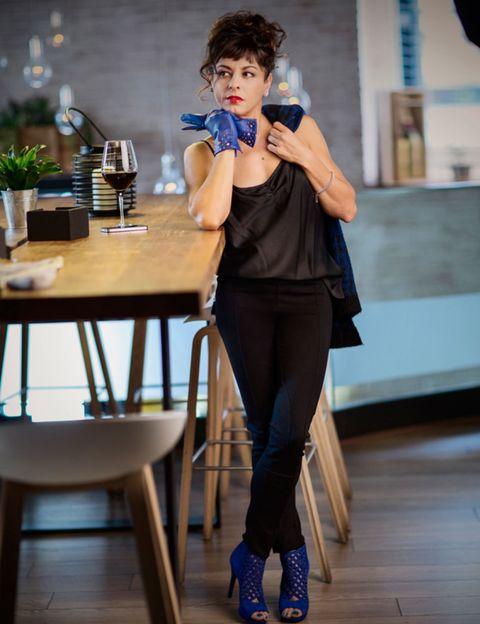 Table, Electric blue, Houseplant, Flowerpot, Wood flooring, Knee, Street fashion, Kitchen & dining room table, Tights, Laminate flooring,