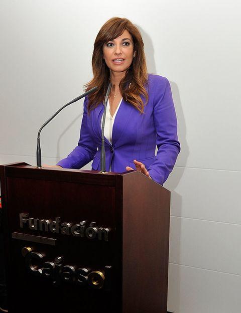 Collar, Microphone, Dress shirt, Blazer, Public speaking, Electric blue, Lectern, Podium, Employment, Spokesperson,