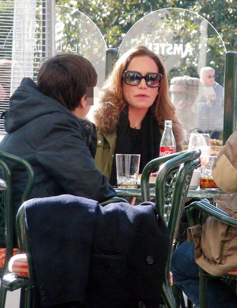 Eyewear, Vision care, Sunglasses, Mammal, Goggles, Sitting, Street fashion, Window blind, Window covering, Handbag,