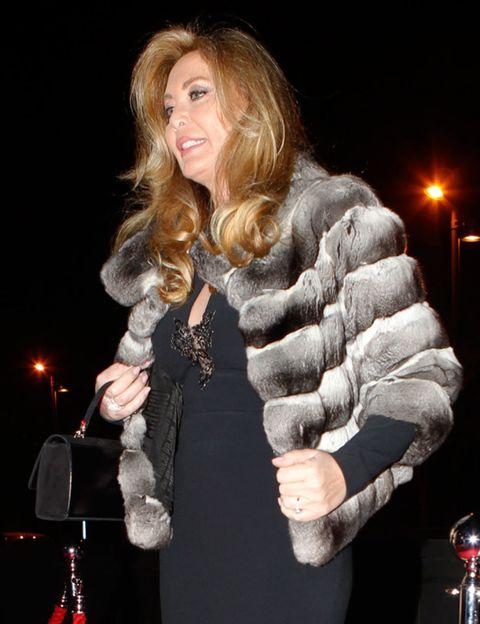 Human body, Hand, Dress, Fur clothing, Street light, Fashion, Natural material, Animal product, Fur, Street fashion,