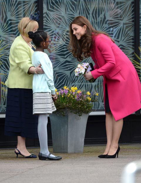 Interaction, Fashion, Flowerpot, Conversation, Blond, Bouquet, Sandal, Flower Arranging, Foot, Floristry,