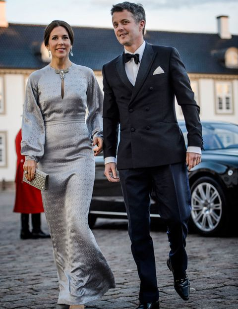 Clothing, Coat, Trousers, Collar, Alloy wheel, Shirt, Suit, Outerwear, Standing, Suit trousers,